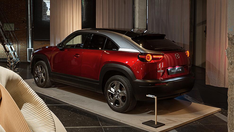 Mazda MX-30, primer vehículo eléctrico de la firma, en el espacio de la exposición.