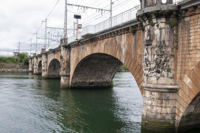 Puente ferroviario internacional sobre el Río Bidasoa.