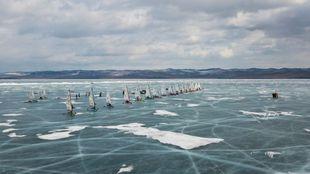 Parte de la flota de la Baikal Ice Sailing Cup en Irkutsk.   Yuri...
