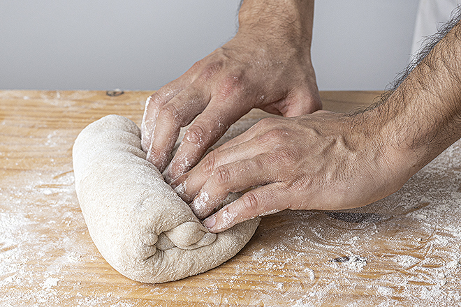 Jordi Morera mientras amasa el pan.