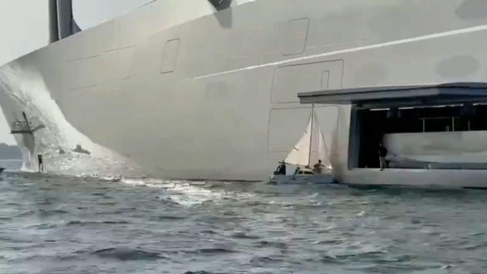 Abordaje absurdo en la ría de Vigo: un pequeño velero colisiona contra el 'Sailing Yacht A', uno de los yates más grandes del mundo