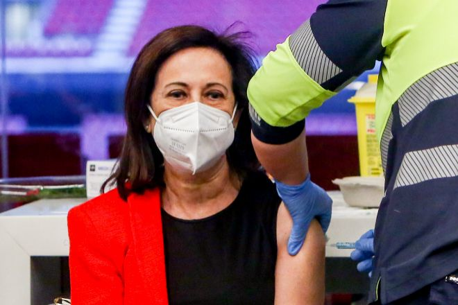 Una sanitaria inyecta la primera dosis de AstraZeneca a la ministra de Defensa, Margarita Robles en el Wanda Metropolitano en Madrid.