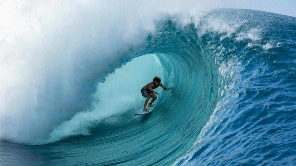 El tahitiano Matahi Drollet surfea Teahupo'o el pasado mayo tras...