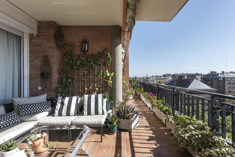 Luminosa vivienda de 279 m² situada en una novena planta de un...