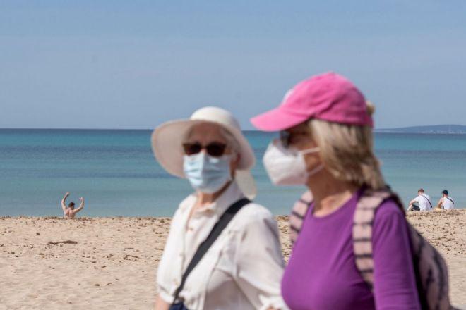 Turistas caminan por el paseo marítimo de la playa de Palma de Mallorca el pasado miércoles.