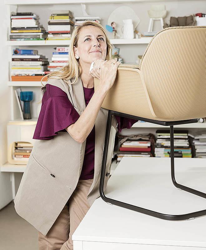 Patricia Urquiola es la diseñadora de la familia de asientos Nuez de Andreu World.
