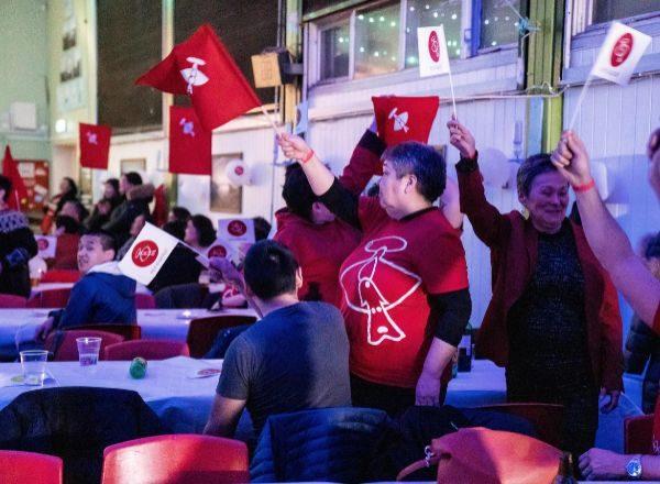 Miembros del IA celebran el triunfo en las elecciones de Groenlandia.