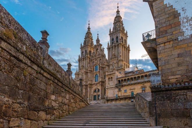 Escalinata y fachada de la Catedral de Santiago de Compostela.