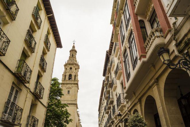 Vista de una calle de Logroño con la concatedral de Santa María de la Redonda al fondo (La Rioja, España).