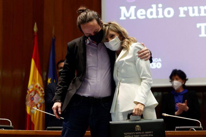 Iglesias abraza a la nueva vicepresidenta tercera y ministra de Trabajo y Economía social, Yolanda Díaz, durante la ceremonia el traspaso de cartera a la nueva ministra de Derechos Sociales y Agenda 2030, Ione Belarra, el pasado 31 de marzo.