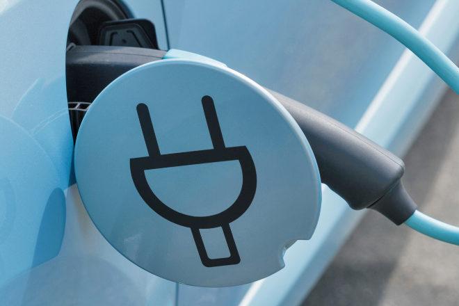 Cargador de un coche eléctrico.