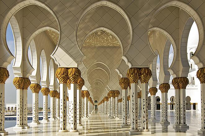 El crucero hace escala en 72 puertos en seis continentes e incluye hasta 356 excursiones; en la imagen, mezquita Sheikh Zayed en Abu Dabi.