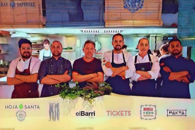 Albert Adrià, con el equipo de sus restaurantes de elBarri hace unos años.