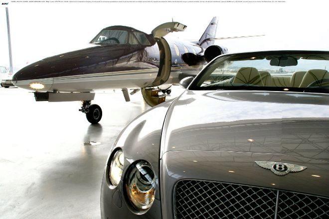 Coche descapotable de alta gama y avión privado de una empresa especializada en servicios de gran lujo.