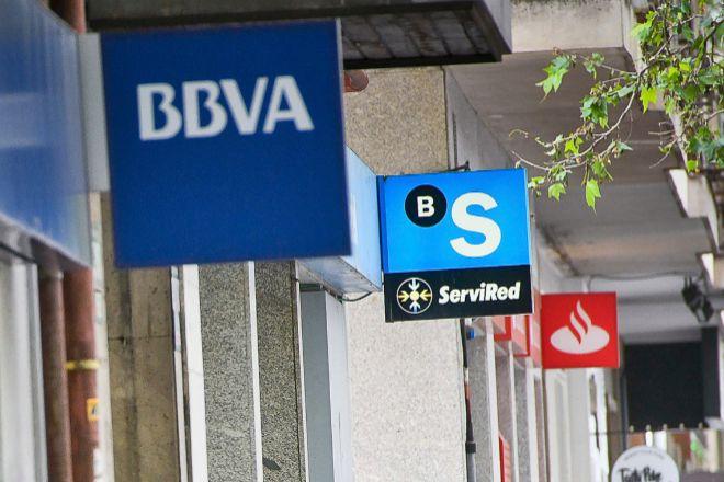 Sucursales de BBVA, Sabadell y Santander en una calle de Madrid.