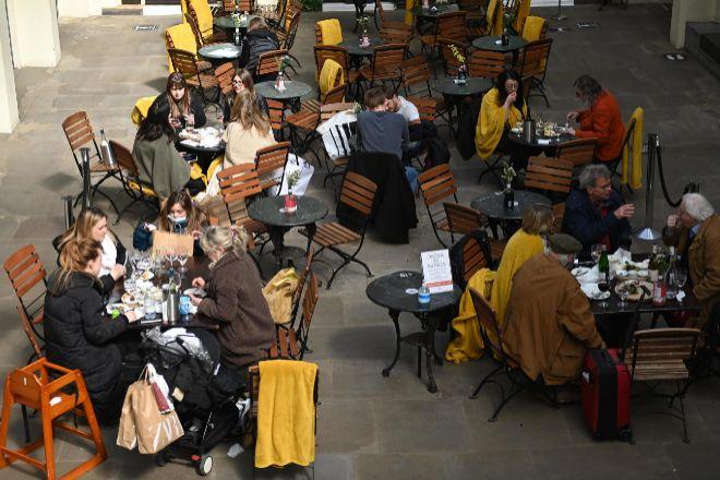 Londinenses disfrutan ayer de una terraza después de reabrirse las cafeterías y restaurantes con motivo de la desescalada puesta en marcha tras el confinamiento decretado por Boris Johnson.