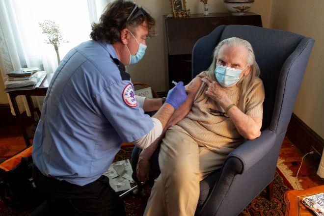 Una ciudadana recibe la vacuna de J&J el pasado 7 de abril en Leominster, Estados Unidos.