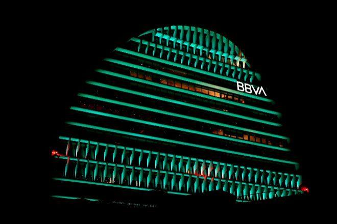 La Vela, sede de BBVA, iluminada de verde por la Cumbre del Clima 2019.