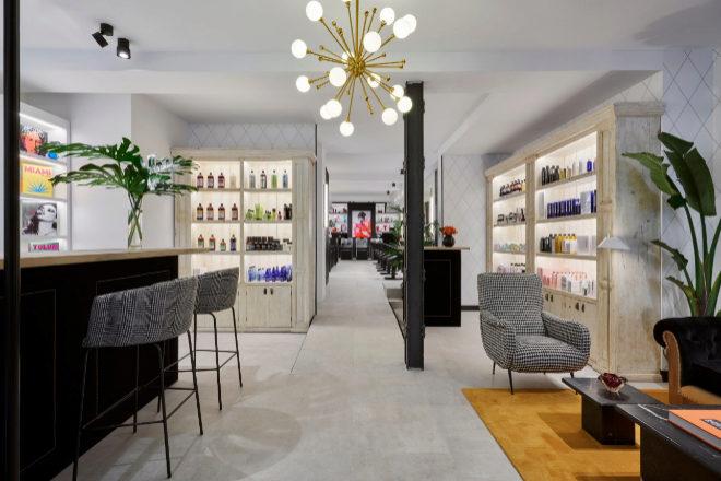 La peluquería The Beauty Concept Hair (José Ortega y Gasset, 47, Madrid) ofrece varias zonas aptas para trabajar: la barra de bar (a la izqda.), un salón con mesas bajas (a la drcha.) y los puestos de peinado con butacas y enchufes de uso individual.