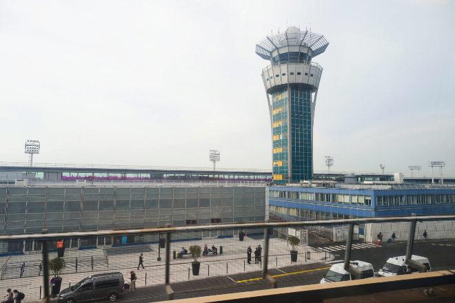 Torre de control del aeropuerto de Orly, en París.