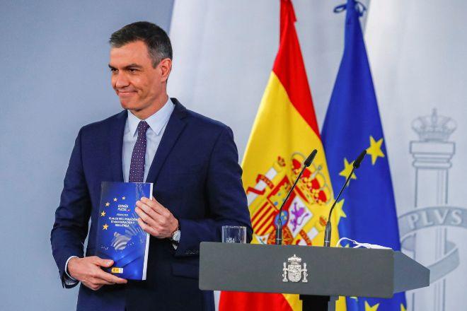 El presidente del Gobierno, Pedro Sánchez, ayer con el Plan de Recuperación antes de presentarlo en Moncloa.