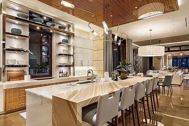 Cocina con mesas y sillas altas.