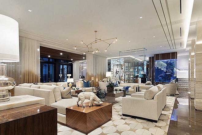 Salón decorado en tonos claros.