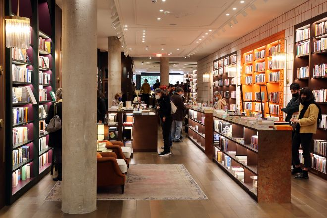 Finestres. nueva libreria promovida por el presidente de la farmacéutica Ferrer, Sergi Ferrer-Salat, se ubica en un local de su propiedad, en el número 249 de la calle Diputació, donde antes estaba el restaurante Monvínic.