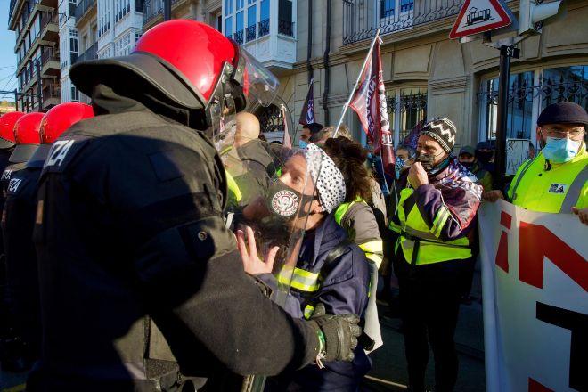 Cientos de trabajadores de Tubacex han protestado este viernes en Vitoria por los despidos, con momentos de tensión con los agentes de la Ertzaintza.