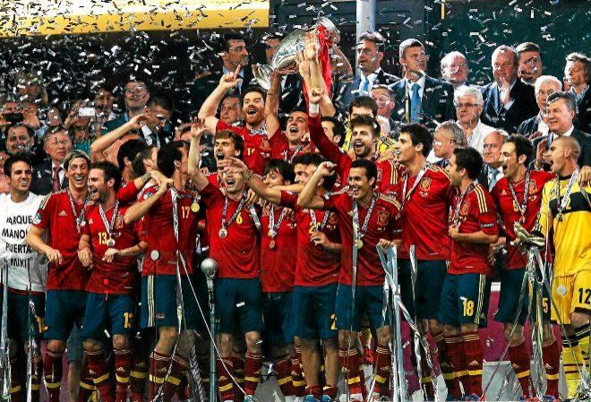 Los internacionales españoles celebran su victoria en la final de la Eurocopa 2012 entre España e Italia, en el estadio Olímpico de Kiev, Ucrania.