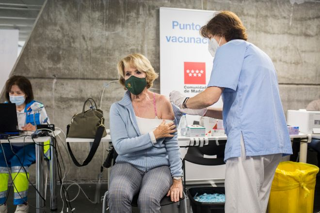 Esperanza Aguirre, expresidenta de la Comunidad de Madrid, se vacuna contra el coronavirus.