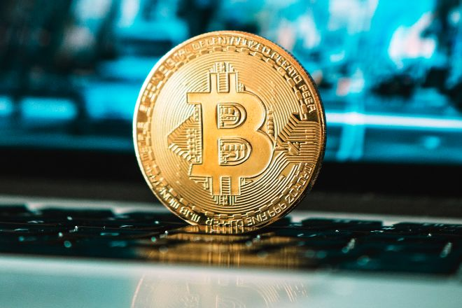 La resaca de Coinbase sacude al bitcoin, que se desploma un 14%