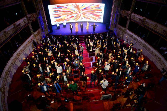 'Foto de familia' de los chefs premiados con Soles de Guía Repsol, el 12 de abril, en el Teatro Victoria Eugenia de San Sebastián.