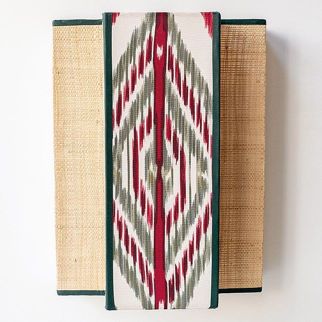 Aplique de pared Triptico, hecho en rafia y seda. 120 euros.