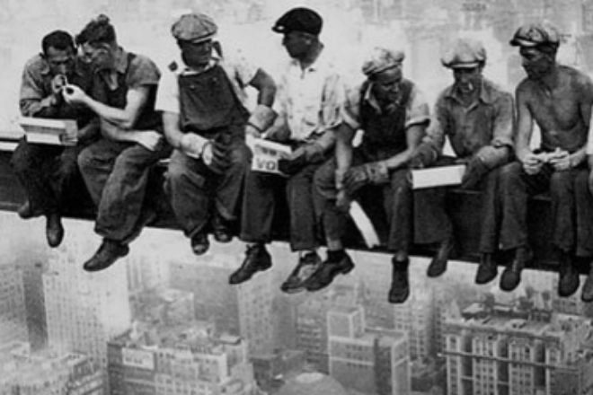 Varios obreros almuerzan durante la construcción del Empire State en 1932.