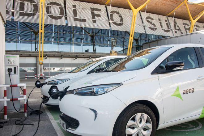 Poste de carga para coches enchufables en el aeropuerto de Madrid.