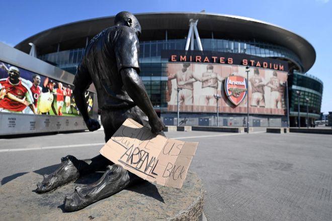 """Un cartel con el mensaje """"Devolvednos a nuestro Arsenal"""" colocado a las puertas del Emirates Stadium del club en Londres."""