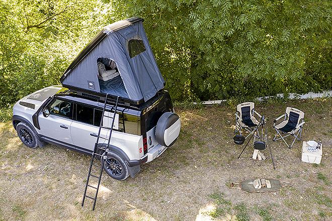 Entre los accesorios que ofrece Land Rover se encuentra esta tienda de campaña que va dentro de un cofre anclado al techo del automóvil.