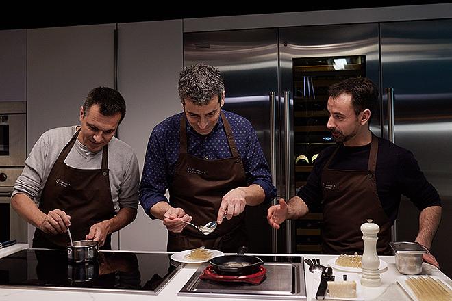 Los tres chef de Disfrutar durante la grabación de una de sus clases.
