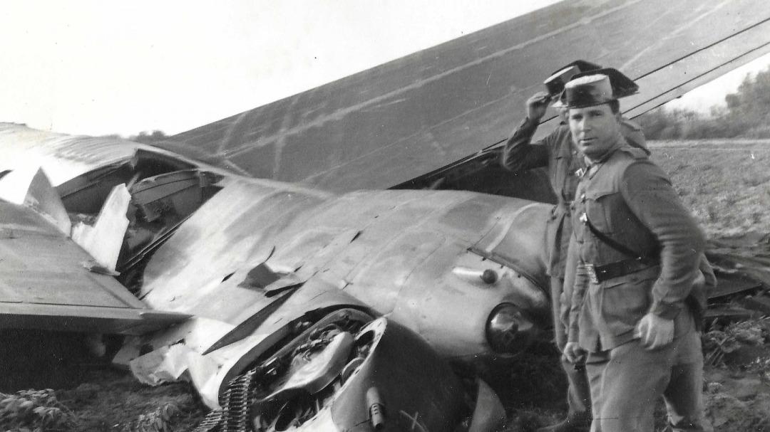Fotografía histórica que muestra a dos guardias civiles al lado de uno de los aviones americanos siniestrados en el accidente.
