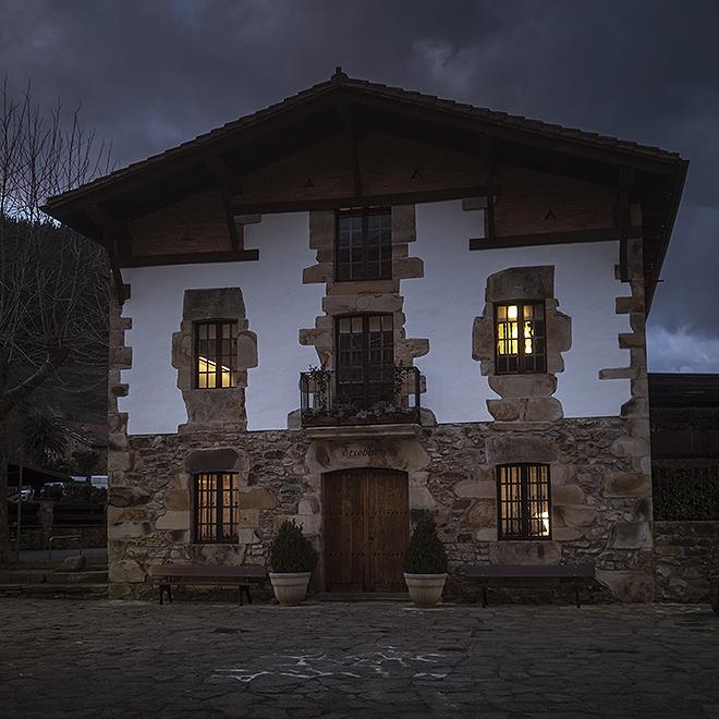 Caserío en el que se ubica el Asador Etxebarri, en Atxondo, Vizcaya. Inaugurado en 1990 es el tercer mejor restaurante del mundo según la lista 50 Best.