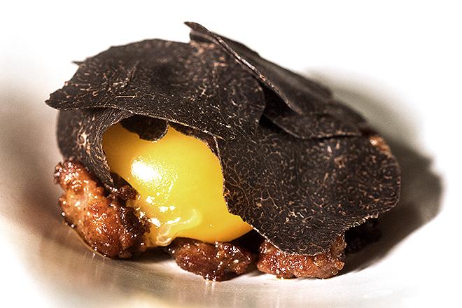 Yema de huevo con Chichas y trufa negra.