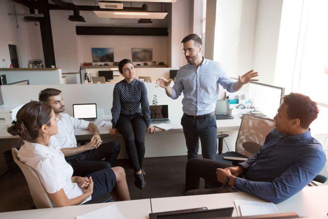 Reunión de un equipo de empleados en espacio semiabierto.