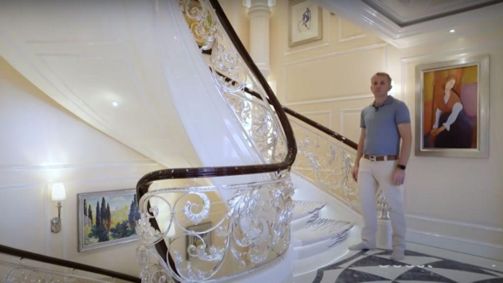 Fotograma del capitán del 'Ace', en la escalera del...