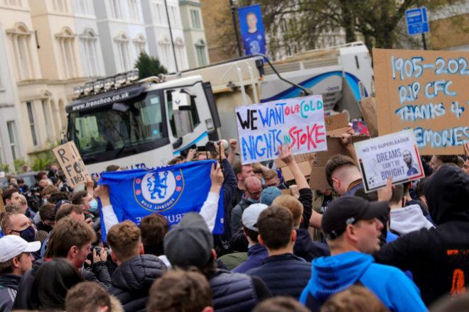 Seguidores del Chelsea protestan en Londres contra la creación de la Superliga.