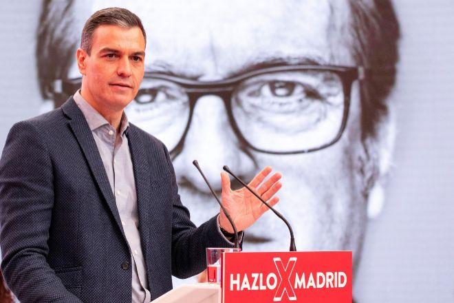 El presidente del Gobierno, Pedro Sánchez, durante un acto electoral semipresencial del candidato del PSOE a la Comunidad de Madrid, Ángel Gabilondo, en la sede del partido en la calle Ferraz.