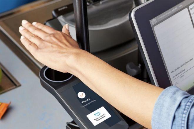 Con Amazon One es posible pagar con la palma de la mano sin contacto físico.