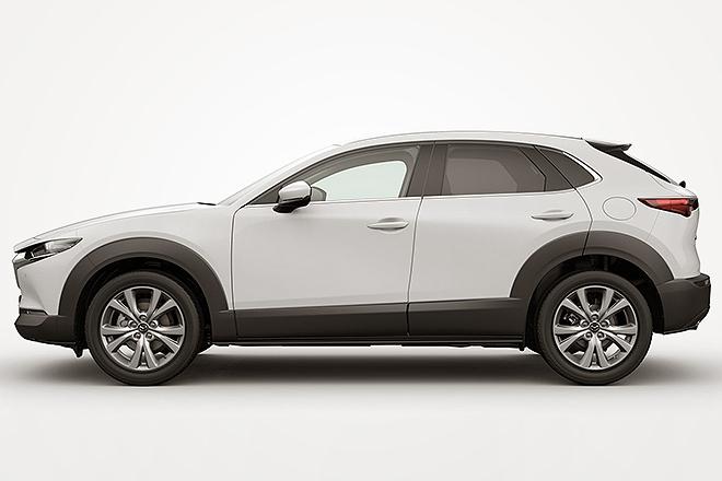 Vista lateral de un Mazda CX30, el modelo del que se puede ver la escultura en arcilla en la fotografía anterior.