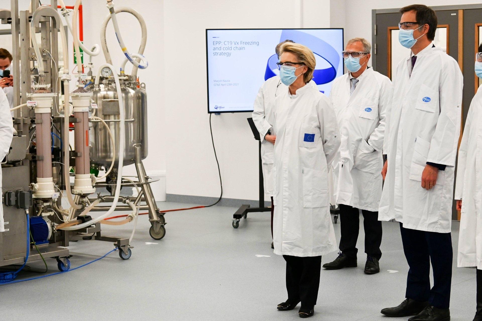 Von der Leyen, durante su visita de hoy a la fábrica de Pfizer en Puurs (Bélgica).
