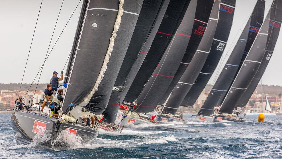 La flota de barcos de la Copa del Rey compitiendo en la bahía de...